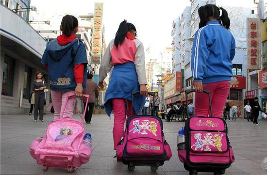 让校外培训真正降温,不能一条腿走路。 图片来源:视觉中国