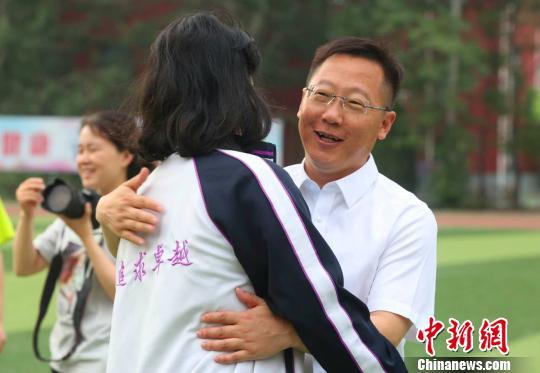 图为河北衡水中学党委书记、校长郗会锁为学生加油鼓劲。 李洋 摄