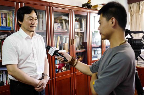 北京服装学院副院长贾荣林接受记者采访