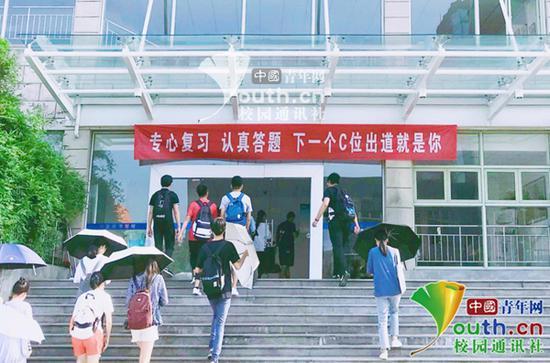 本文图片均为期末考试周该校教学楼横幅标语。受访者供图