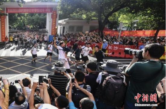 6月8日下午,湖南长沙市一中考点外,考生们跑出考场,庆祝高考结束。当日,全国部分地区2018年高考结束。 中新社记者 杨华峰 摄