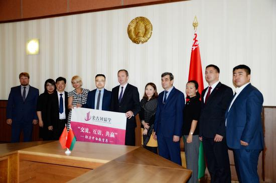 金吉列留学代表团与白俄罗斯国立工业大学校长:科学技术博士哈里多奇克·谢尔盖·瓦西里耶维奇(左6)及校方代表合影留念