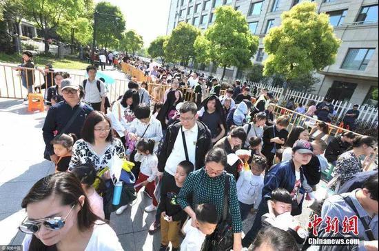 2017年,杭州一民办学校招生家长大排场龙 图片来自中新网