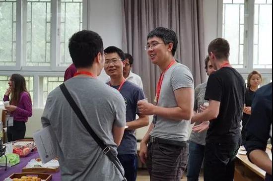 右二为刘若川副教授,他和许晨阳一样,只用了3年就从北大数学科学学院提前本科毕业,跟随田刚读硕士,随后赴美留学,从麻省理工学院获得博士学位。对这些本科便能提前毕业的数学精英而言,或许让他们提早入学,更能让他们尽早做出有影响力的科研成果。
