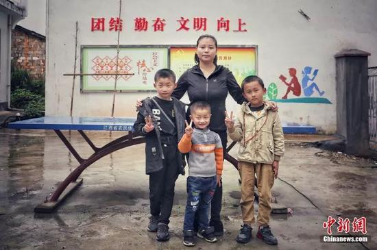 查冬萍和她的三个学生詹东华 摄