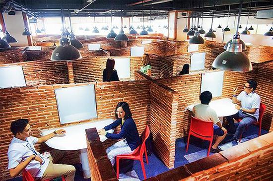 快酷英语的线下校区里,学生上课更像是上班。  图片来源:qqenglish