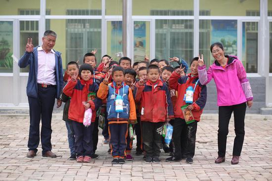 青海卡子教学点的曹老师夫妇与他的学生们