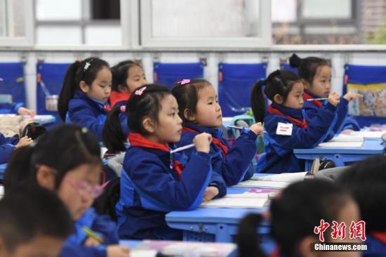 资料图:小学生们正在课堂内认真听讲。中新社记者 王刚 摄