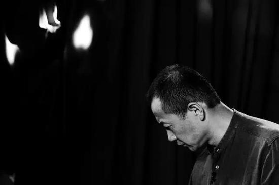 """中国古代哲学里有句话特别感动我,""""大音希声"""",翻译成英文就是The greatest song can be heard only in silence,即最宏伟的声音只能在寂静中被感悟到,这也是我们为什么要听雪的原因。"""
