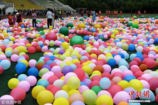 合肥2000学生狂踩气球 减压迎高考