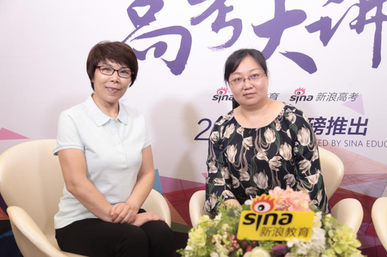 长安大学公路学院教授:支喜兰(左1)长安大学招生办公室招生专员:杨杨(左2)