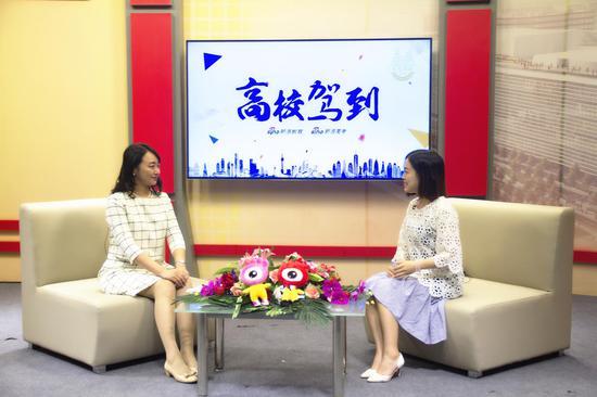 上海交通大学招生办公室主任王琳媛(左)