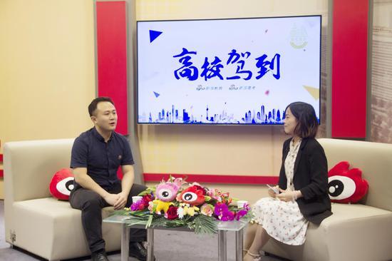 北京理工大学招办副主任那奇(左)