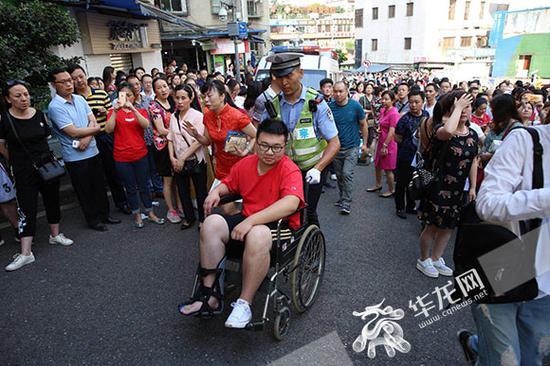 考生小陈考试前打篮球不小心弄伤脚差点误了考试。记者 刘嵩 摄