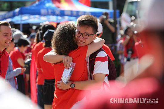 6月7日,在北京市中国人民大学附属中学本校区考点,考生与老师拥抱。(摄影:中国日报记者 王敬)