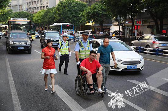 交巡警爱心送考,考生顺利到达考场。记者 刘嵩 摄