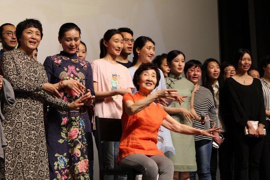 沈世华老师邀请所有热爱昆曲的同学上台同唱《牡丹亭》选段[皂罗袍]