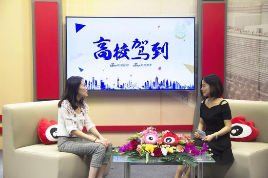 中国科学院大学招办本科招生主管尹伊(左)