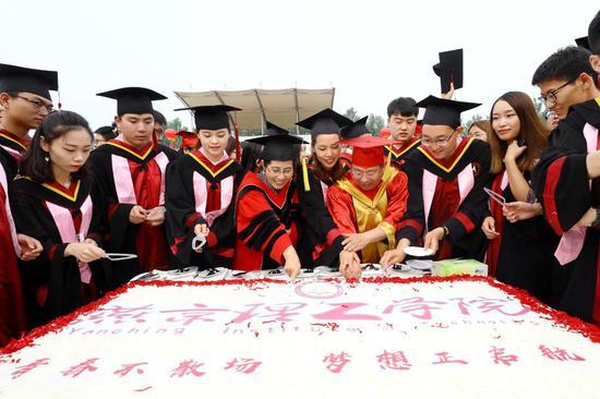 燕京理工学院为4500名学生做毕业大蛋糕