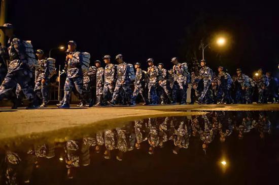 清华学子进行夜间拉练 图片来源:互联网