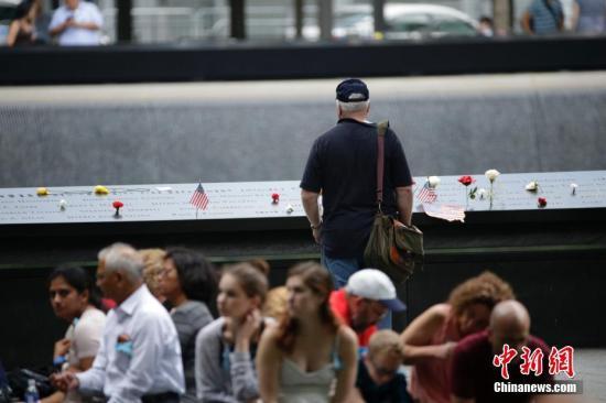 资料图:911纪念公园里的民众。中新社记者 廖攀 摄