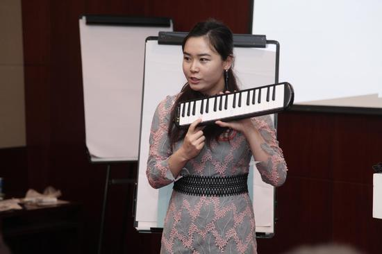 音乐课老师的正在讲解道具