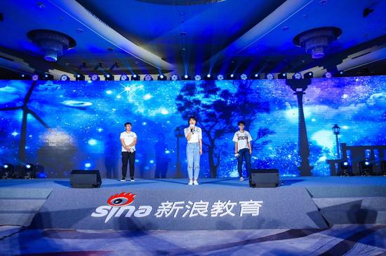 三位年輕教師帶來歌曲串燒《夢想燃燒世界》