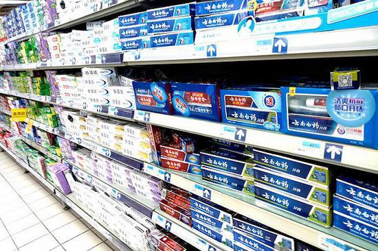 2018年10月24日,上海,一家超市里出售的云南白药牙膏。 图片来源:视觉中国