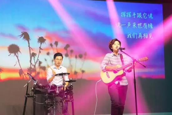 乐队鼓手吴舟桥(左)和 主唱Q