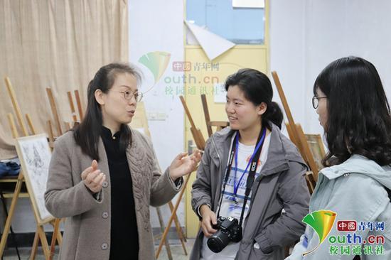 图为周娜(左)在与学生交流。