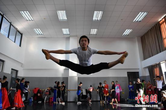 1月24日,报考舞蹈学院的考生在候考室热身。中新社记者 刘冉阳 摄