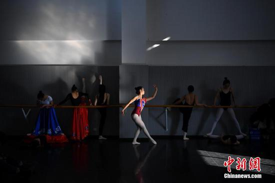 1月24日,考生在候考室里准备舞蹈。中新社记者 刘冉阳 摄