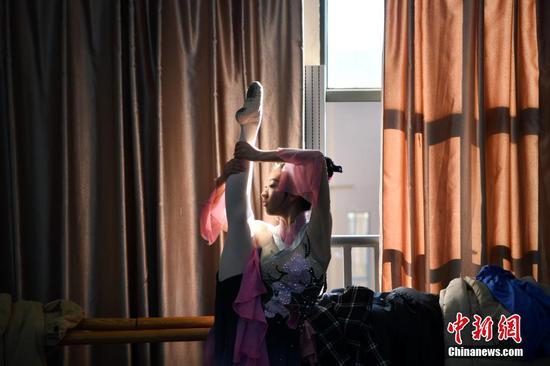 1月24日,一名报考舞蹈学院的考生在候考室热身。中新社记者 刘冉阳 摄