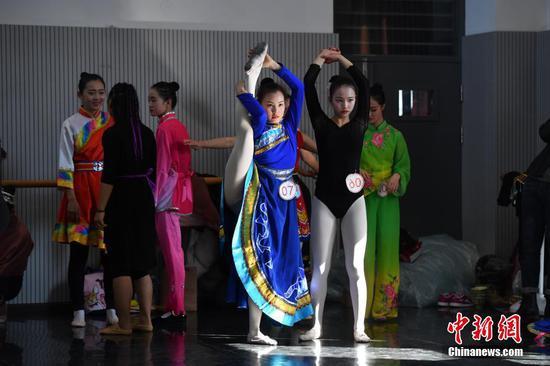 1月24日,报考舞蹈学院的考生在候考室准备考试。中新社记者 刘冉阳 摄