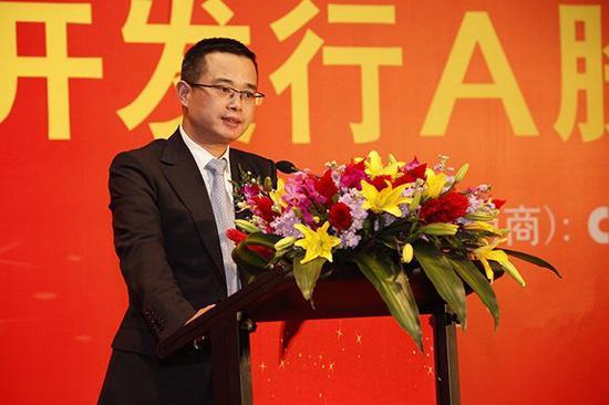 永辉超市董事长张轩松在公开场合发表讲话。