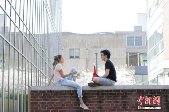 资料图:美国费城宾夕法尼亚大学校园,学生在春花灿烂的校园中。 中新社记者 廖攀 摄