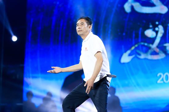 """图说:2018""""马云乡村教师奖""""获奖教师董平在颁奖典礼上表演"""