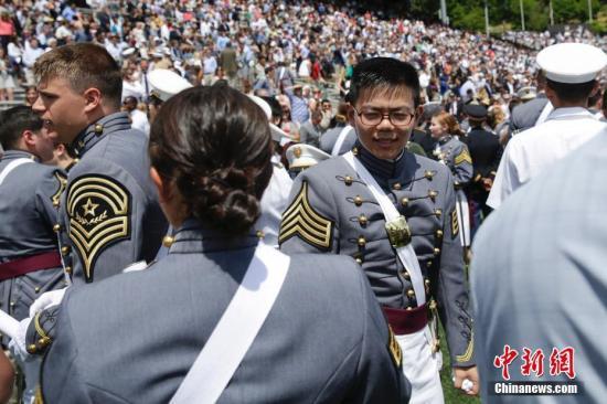 资料图片:美国西点军校毕业典礼上的华裔学生。中新社记者 廖攀 摄