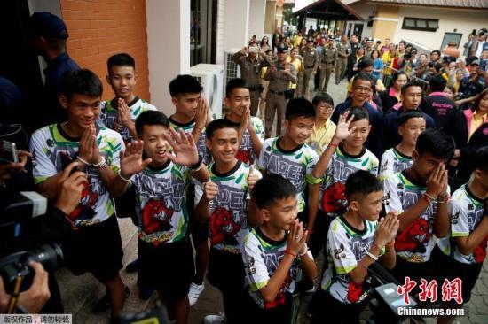 当地时间2018年7月18日,曾受困清莱岩洞的12名泰国少年足队球员和他们的教练出院后出席记者会。