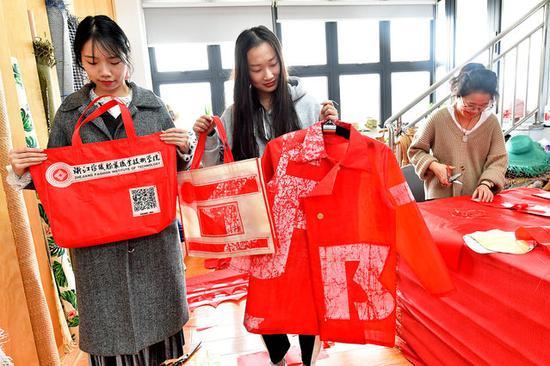 让校园横幅变废为宝 大学生创意改造成时尚袋和