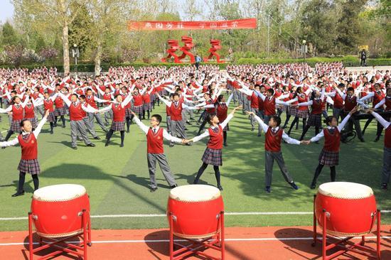 北大附小孩子们集体演出《校园交谊舞》