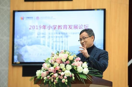 广东省番禺区市桥中心小学校长柯中明作《小学财经素养课程的建构与实践》主旨报告