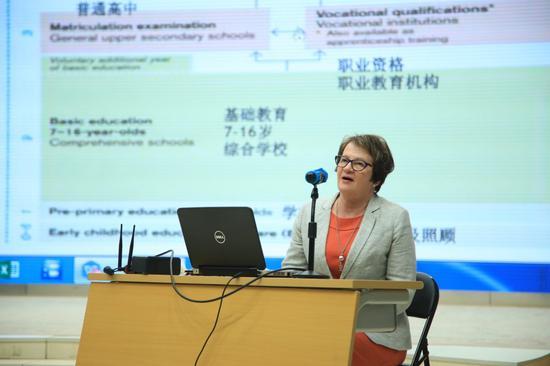 芬兰新地区教育局局长联合会主席戴娜•佩勒托宁作《芬兰现行课程改革及教育前景》主旨报告
