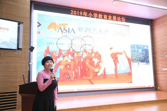 重庆市九龙坡区谢家湾小学校长刘希娅作《课程整合促进学习方式的改变》主旨报告
