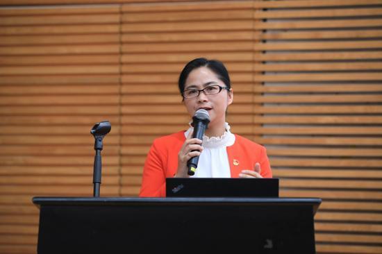 云南省玉溪市第一小学校长杨琼英作《童心课程 丰富孩子生命成长》主旨报告