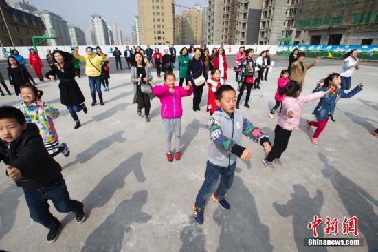资料图:山西太原,家长与孩子一同上体育课。中新社记者张云摄