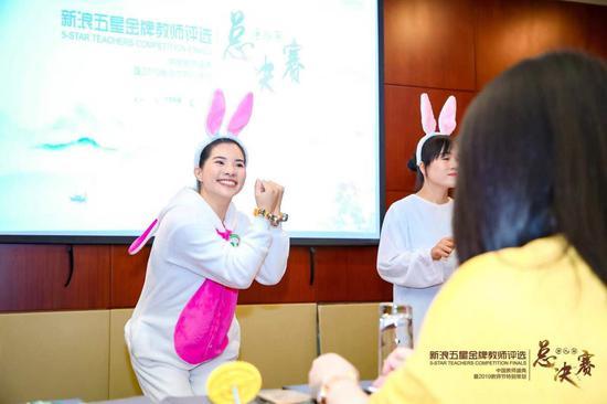可爱教师扮兔子,有点儿萌~