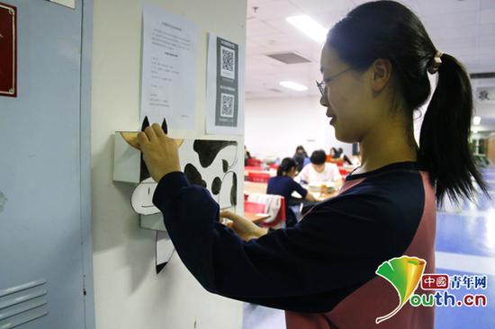 图为学生购买纸巾的场景。中国青年网通讯员 吴兴月 摄