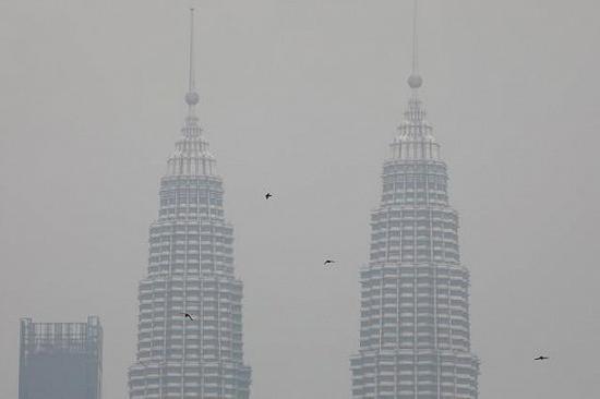 马来西亚国家石油公司双塔被烟霾笼罩。图片来源:新华社
