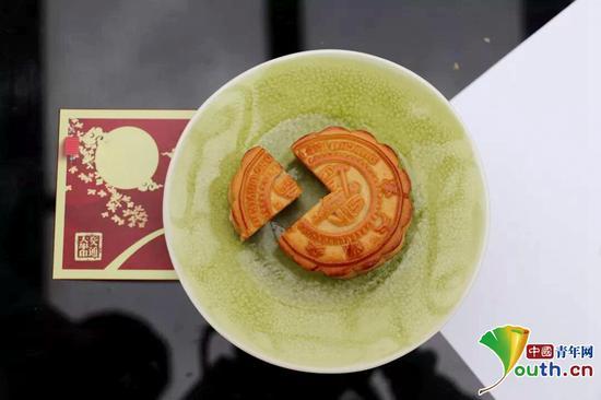 """高校晒""""高颜值""""月饼 给学子送中秋创意祝福(图)"""